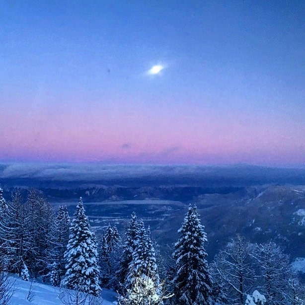 Tonight's moonrise over the #CanadianRockies from #ParadiseRidge . #tobycreekadventures #panoramabc …