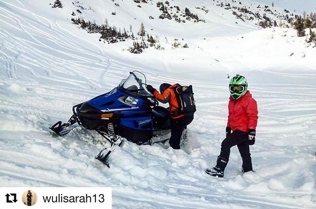 #Repost from @wulisarah13 ・・・ With friends like this, who needs enemies ????? Thank you so much for hosting this amazing Paradise basin full day snowmobiling tour. Stay with us @brewstersmountainlodge .Let me share this fun snowmobiling experience with @tobycreekadv to you! 不怕神一般的對手,只怕豬一樣的隊友,大概就是這種道理。昨天又去玩了雪上摩托車,就在胚車ㄆㄟ的很爽的時候,突然一個坡有點給他陡峭,然後油門緊催,一個左彎,飛不過去,卡入雪堆,好險沒翻車,不然真的是GG了。 #travel #canada #winter #activities #snowmobiling #tobycreekadventures #explorebc #panorama #banfftour #加拿大 #冬天 #雪上活動 #雪上摩托車 #豬隊友 #艸頭娘娘帶你遊世界 #艸頭娘娘愛冒險與挑戰 #旅行走在回家的路上 #我來我拍我分享 #カナダ #スノーモービル #バンフツアー