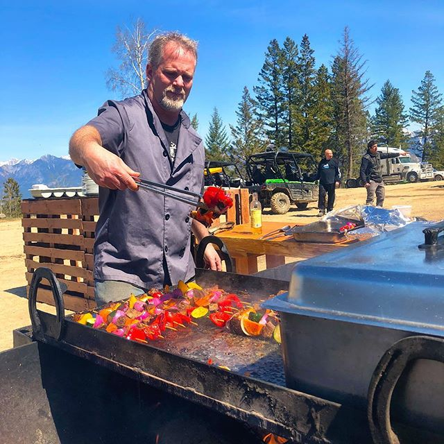 Chris Boulton from Kootenay Coffee Works served up a lunchtime feast of BBQ shrimp, beef and chicken for today's group while Dean handed out the post-ride chilled Heineken beer. With the spectacular 360 views of the #CanadianRockies, #ColumbiaValley and #PurcellMountains from the stunning House Of The Freisians venue it could not have been more perfect! #tobycreekadventures